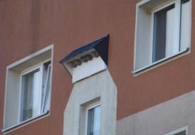 Mehlschwalbennisthilfen an einem Wohnblock