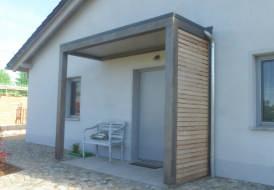 Vordach mit Lärche Sichtschutzverkleidung