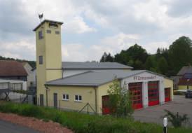 Neubau Feuerwehr mit Sandwichdachplatten und Schwalbennisthilfen am Schlauchturm