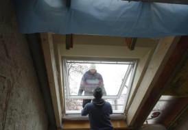 Fenstertausch Velux Schwingfenster mit Vergrößerung, Aufkeilrahmen, Innenfutter und Solarmarkiese